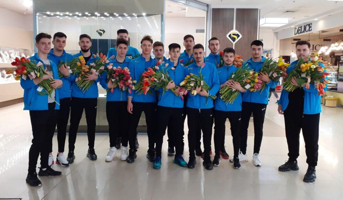 De 8 Martie, flori şi mărţişoare oferite de handbalişti în Winmarkt Ploieşti!
