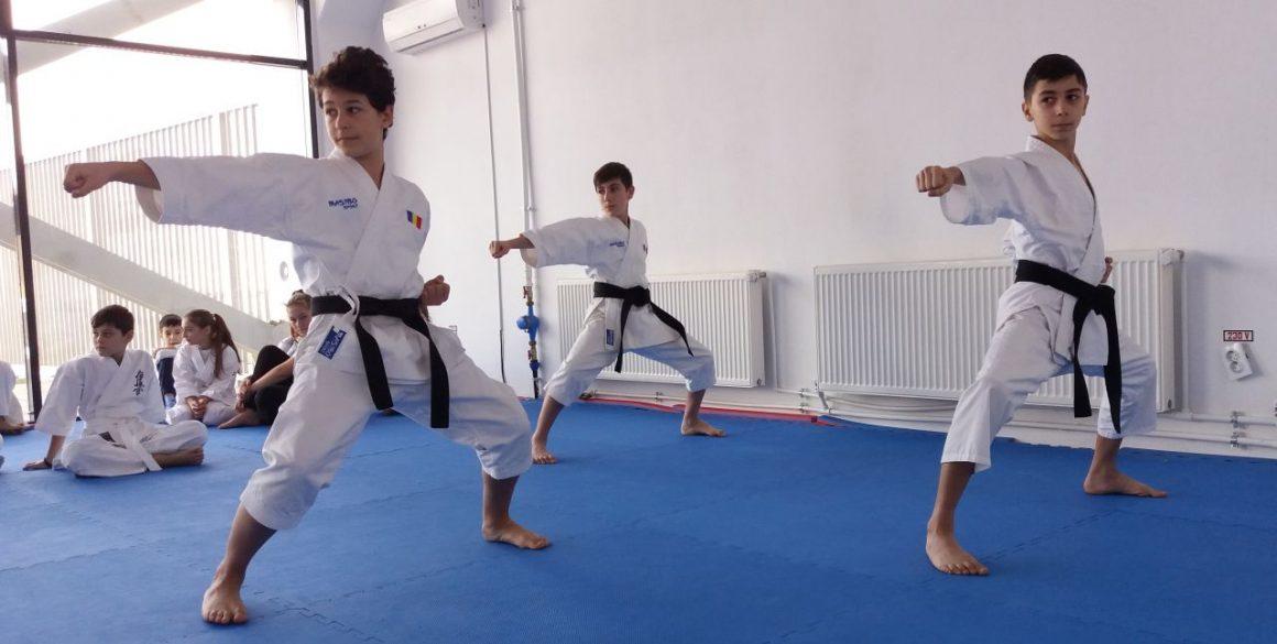 """Pregătirea fizică şi kata, opţiunile de """"izolare"""" ale sportivilor secţiei de karate a clubului!"""