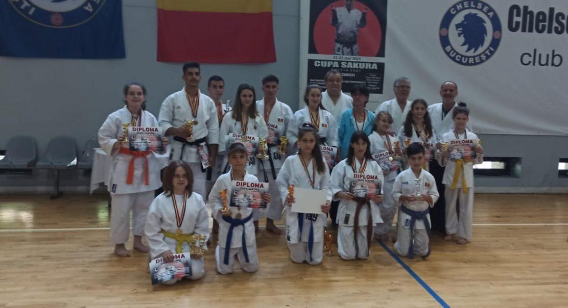 """Sportivii secţiei de karate a CSM Ploieşti, 25 de medalii obţinute la """"Cupa Sakura""""!"""