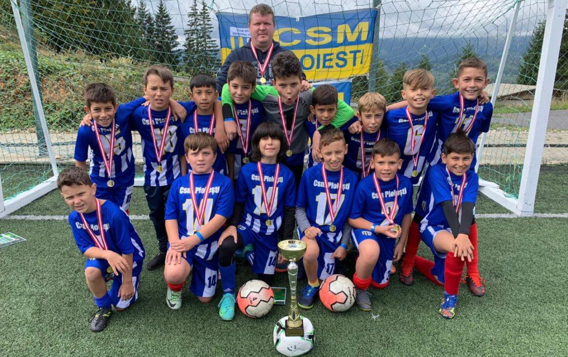 """Echipa de fotbal juniori """"2011-2012"""", campioană la """"Dracula Football Cup"""", de la Cheile Grădiştei!"""
